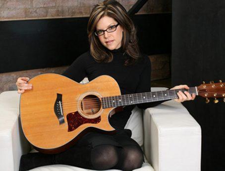 Feel What U Feel: Grammy Winner Lisa Loeb on Her Guitars and